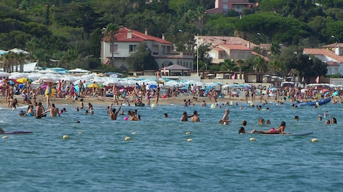 LOCALS AGAINST TOURISTS : EVERY SUMMER IT IS THE WAR